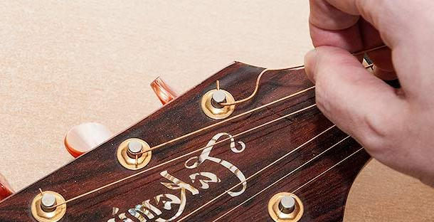 вынимание металлической струны из колка